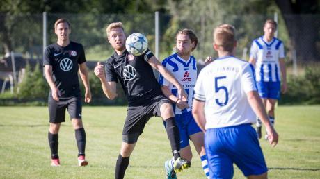 Der FC Dettenschwang (schwarze Trikots) hat die Tabellenführung in der A-Klasse 7 verloren.