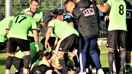 Unbändige Freude beim TSV Obenhausen: In einer spektakulären Schlussphase hat das Team die SGM Aufheim/Holzschwang mit 2:1 besiegt. Davor roch es lange nach Unentschieden.