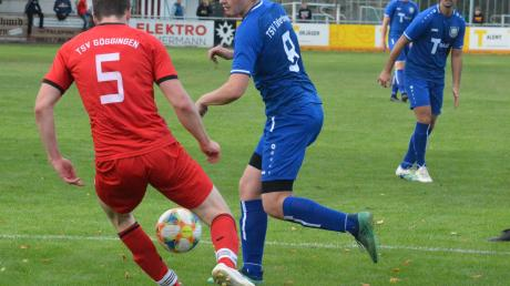 Lange zeit hielt der TSV Täfertingen (am Ball Simon Weis, links Deniz Tetik) gegen den TSV Göggingen mit. Erst im Endspurt ging dem Schlusslicht die Puste aus.