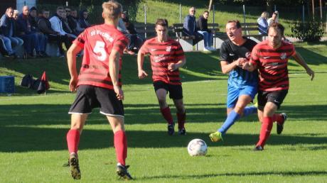 Gleich drei Wechinger (rechts Kapitän Bernhard Thum) lassen dem Gästeangreifer von Eintracht T.R.B. keine Chance, an den Ball zu kommen. Am Ende gab es eine gerechte Punkteteilung.