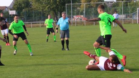 Deiningens Daniel Deininger (rechts mit der Nummer 8) erzielte drei Tore, aber zum Heimsieg gegen Buchdorf/Daiting reichte es trotzdem nicht.