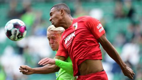 Kein Durchkommen: Felix Uduokhai vom FC Augsburg klärt hier gegen Xaver Schlager.