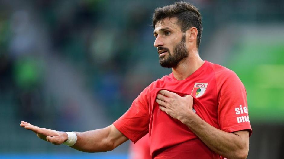 Alles im Griff: Daniel Caligiuri schießt den FCA zum 1:1 gegen Leverkusen.