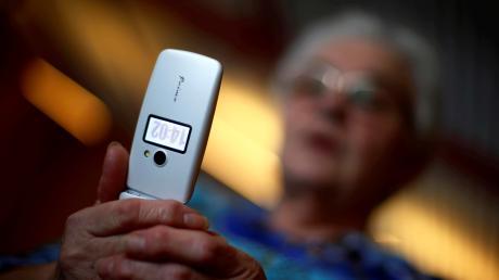 Betrüger haben mehrere Augsburger angerufen. Eine Seniorin fiel darauf herein.