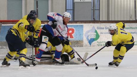 Wie in den vergangenen Jahren treten der EV Bad Wörishofen (weiße Trikots) und der ESV Türkheim (gelbe Trikots) zu einem Testspiel gegeneinander an.