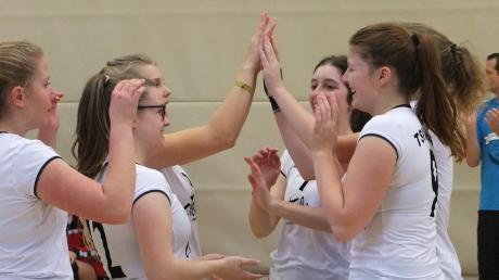 Hoffen am Samstag zum Saisonstart auf viel Grund zur Freude: Aichachs neue erste Damenmannschaft, die in der Bezirksklasse startet.