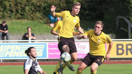 Da schien die Kammlacher Welt noch in Ordnung: Manuel Funk (Mitte) lässt Mindelheims Sebastian Schwegle (links) hinter sich. Nach Restart in der Kreisliga Mitte jubelte jedoch der TSV Mindelheim, der das Derby mit 6:1 gewann.