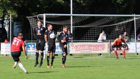 Ecknachs Torwart Hannes Helfer (rechts) dürfte am Sonntag einiges zu tun bekommen. Mit dem TSV Meitingen – hier eine Szene aus dem Aufeinandertreffen in der vergangenen Saison – gastiert die offensivstärkste Mannschaft der Liga am Ecknacher Sportgelände.
