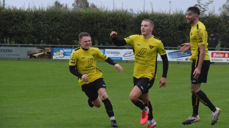 Der TSV Gersthofen stürmt in Richtung Landesliga. Die beiden Youngsters Manuel Rosner und Ibrahim Neziri (von links) sorgten im Spitzenspiel beim SC Bubesheim für die Tore zum 2:0-Sieg. Okan Yavuz hebt vor Freude ab.