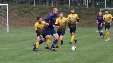 Mit Fabian Wüst, Fabian Meisinger und Andre Ebert (von links) kümmerten sich gleich drei Biberbacher um Patrick Reilich vom FC Langweid.