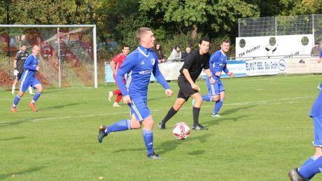 Mehr Spielanteile hatte der BC Rinnenthal (blaue Trikots) im Topspiel beim TSV Pöttmes. Am Ende siegte aber der Tabellenführer.