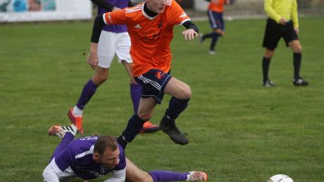 Tim Maier (oranges Trikot) und der SV Wulfertshausen setzten sich gegen Peter Neumeier und den SV Ried durch.
