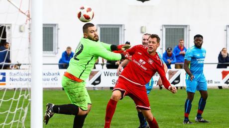 Und rein damit: Zell/Brucks Torjäger Florian Barf erzielt in dieser Szene den 2:0-Führungstreffer. Feldkirchens Schlussmann Marcel Staudigl (links) bleibt nur das Nachsehen.