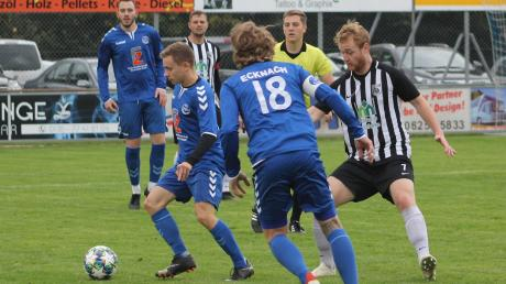 Der Ecknacher Mittelfeldspieler Maxim Korelko (hier verfolgt vom Meitinger Matthias Schuster) zeigte am Sonntag eine gute Leistung. Dennoch standen die Offensivspieler diesmal im Schatten der Abwehrrecken, die die Garanten für den Punktgewinn in dieser Partie waren.