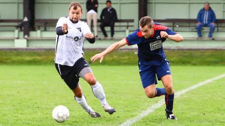 Voller Einsatz: Johannes Böck (links) und der SC Ried hatten im Stadtderby gegen Tobias Egen (rechts) und den BSV Neuburg knapp die Nase vorne.
