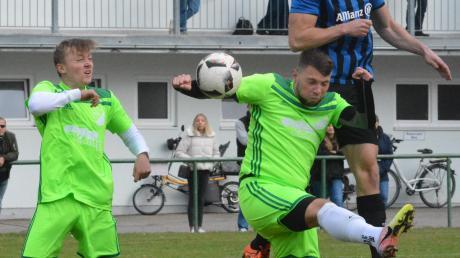 Einen offen Schlagabtausch lieferten sich der SSV Margertshausen (von links Nathan Emanuel Karrer und Daniel Holl) und der FSV Inningen beim 4:4-Unentschieden.