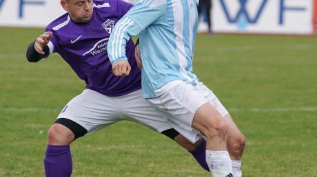 Duell um den Ball: Robin Welchner von der SpVgg Deiningen (rechts) schirmt gegen den TSV Wemding ab.
