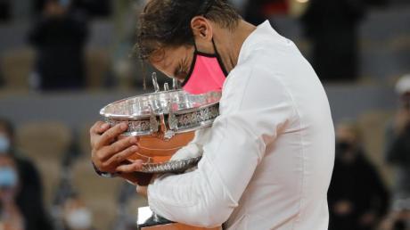 Rafael Nadal umarmt seinen Pokal. Mit seinem Sieg in Paris hat er zum 13. Mal die French Open gewonnen.