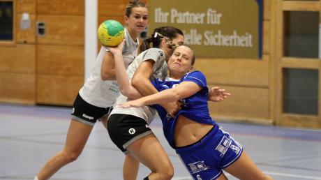 Anne Huber (hier rechts gegen München-Ost) und die Kissinger Landesliga-Handballerinnen siegten auch gegen Biessenhofen.