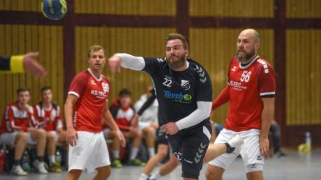 Zwei Tore steuerte Matthias Klement (in Schwarz) für den TSV Bäumenheim bei. Doch die DJK Augsburg-Hochzoll erwies sich im ersten Saisonspiel der Nordschwaben als zu harter Gegner.