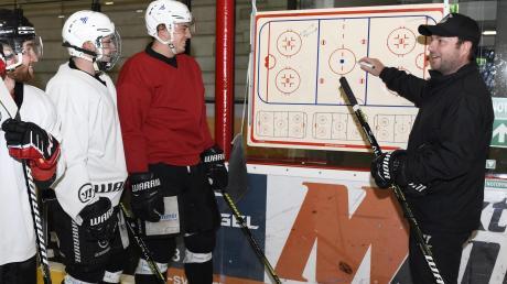 Gute Laune vor dem Saisonstart: An der Taktik-Tafel erklärt Trainer Stefan Roth den Landesliga-Eishockeyspielern des ESV Burgau die richtige Strategie.
