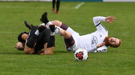 Die Verfolger des FC Horgau und des SSV Anhausen wollen nicht mehr straucheln. Zuletzt passierte dies Christian Wink vom TSV Zusmarshausen (links) und Julian Kugelbrey vom TSV Dinkelscherben, die nach einem 2:2-Unentschieden Punkte lassen mussten.