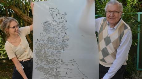 Herwig Leiter war immer schon ein akribischer Arbeiter. Über 1500 Veranstaltungen für ein Jahr trug er beispielsweise auf einer Karte zum Volkslauf 1986 händisch ein. Hier hält er sie zusammen mit Enkelin Carlotta hoch.