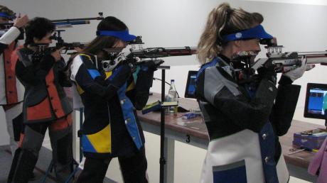 Die Spitzenpaarungen zwischen den Schützen aus Staudheim und Mering: (von links) Sandra Specht, Cilly Stadtherr, Jessica Kröpfl und Michaela Hirschberger.