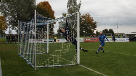 Heiß umkämpft war das Kreisliga-Derby zwischen dem FC Königsbrunn und Langerringen. Beide wollen nun am Wochenende punkten.