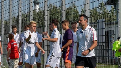 Das letzte Ligaspiel steht für Kauferings Trainer Benjamin Enthart (rechts) und sein Team an.