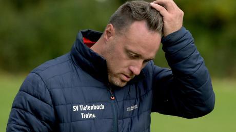 Trainer Christoph Schregle muss sich Gedanken machen: Sein SV Tiefenbach kommt in dieser Saison bisher nicht in die Gänge.