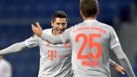 Robert Lewandowski (links) und Thomas Müller beim Torjubel: Wie Sie die Spiele des FC Bayern in der Champions League 2020/21 live im TV und Stream sehen, erfahren Sie hier.