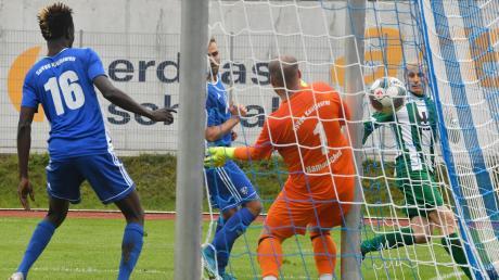 Philipp Schmid (rechts) findet hier eine Lücke, die es eigentlich gar nicht gibt, und versenkt den Ball zwischen Pfosten und Torwart Christian Hamatschek zum 3:1 im Kaufbeurer Tor. Nach Stotterstart gewann der Stürmer mit seinen Gundelfingern beim Landesliga-Schlusslicht 6:2.