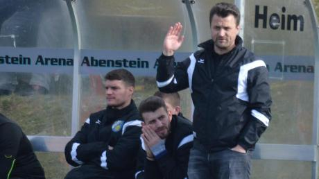 Zum Abwinken. Eine derbe Klatsche musste der SV Cosmos Aystetten (von links Thomas Hanselka, Xhevalin Berisha und Trainer Marco Löring) in Thalhofen hinnehmen.
