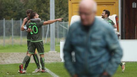 Der Stätzlinger Maximilian Heiß lässt sich an der Eckfahne für seinen Treffer zum 1:0 feiern, Bubesheims Abteilungsleiter Karl Dirr wendet sich enttäuscht ab. Am Ende feierte der FC Stätzling den dritten Sieg in Folge, während der SC Bubesheim nun zweimal hintereinander verlor.