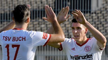 Zu Hause läuft es: Manuel Schrapp (rechts) feiert mit Patrick Sailer seinen Treffer zum 4:0 für den TSV Buch.