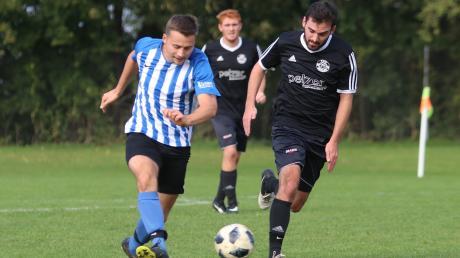 Der FSV Dirlewang (schwarze Trikots) lag gegen den FC Loppenhausen zur Pause mit 0:2 zurück.