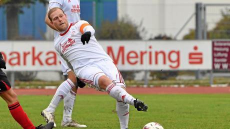 Maximilian Lutz (vorne) übernahm als Aushilfstrainer beim Spiel gegen Jetzendorf. Mering holte einen Punkt.