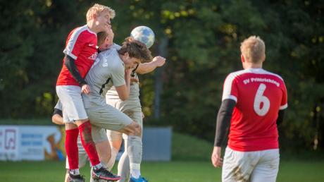 Im Spitzenspiel des Ligapokals muss sich der SV Prittriching (rote Trikots) dem FC Issing geschlagen geben. In der A-Klasse stehen beide Teams in ihren Gruppen in der Tabelle ganz oben.