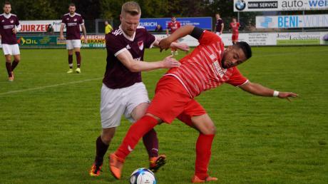 Ordentlich gespielt, unglücklich verloren: Der FC Affing mit Bora Kalkan (rot) musste im Spiel gegen den FC Mertingen eine bittere 0:1-Heimniederlage einstecken. Dabei vergaben die Affinger zwei Elfmeter.