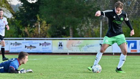 Da kann der Gögginger Torhüter nur noch zuschauen. Maximilian Vogele schiebt nach Vorarbeit seines Bruders Michael im zweiten Versuch den Ball zum 2:0-Endstand für den Spitzenreiter FC Horgau ins leere Tor.