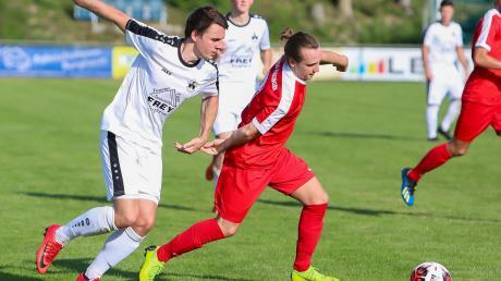 Konnten am Wochenende nicht dem Gegner und Ball nachjagen: Gregor Einberger (links) und seine Teamkollegen vom TSV Burgheim.