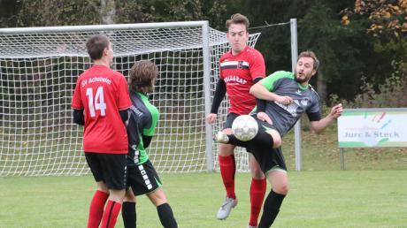 Moritz Lichtenberger (am Ball) traf mit einem Sonntagsschuss zum 3:1 für den VfL Westendorf. Achsheims Simon Ölwein kann ihn nicht stoppen.