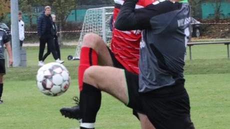 Im Gleichschritt und mit hohem Bein versuchen hier Westendorfs Benjamin Sörgel (vorne) und Achsheims Jörg Bittner an den Ball zu kommen. Der Spieler im dunklen Trikot war schneller.