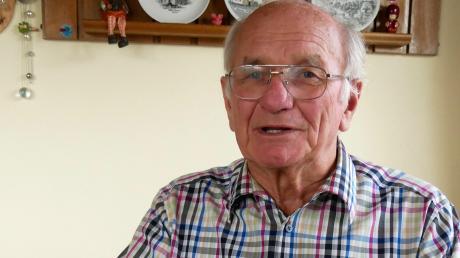 Otto Simon mit dem Präsent, das ihm das inzwischen verstorbene Ulmer Tischtennis-Urgestein Helmut Näter zum 50-jährigen Vereinsjubiläum gebastelt hat.
