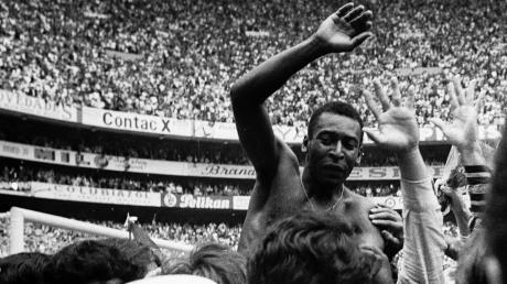 Eines der berühmtesten Bilder der Fußball-Historie: Brasiliens Pelé bejubelt 1970 den 4:1-Sieg im WM-Finale gegen Italien.