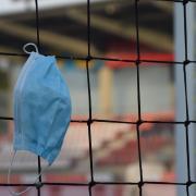 Omnipräsent wird die Maske am Wochenende an den Fußballplätzen und in den Sporthallen in Schwaben. Seit die Corona-Ampel auf Gelb steht (Sieben-Tage-Inzidenz ab 35), müssen Zuschauer verpflichtend eine Maske tragen.