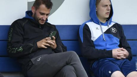 Der Blick aufs Handy zeigt FCG-Sportleiter Steffen Hasenfus: Ein Sieg muss her.