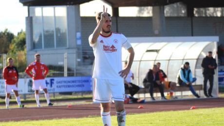 Mittelfeldspieler Fatih Cosar (hier beim Freistoß gegen Bad Heilbrunn) zeigt es an: Der SV Mering will gegen Geretsried den zweiten Sieg nach dem Neustart holen.