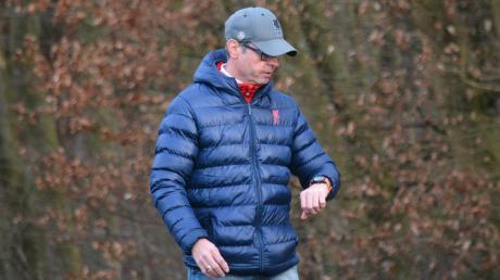 Die Uhr von Charly Pecher tickt noch. Wenn es nach dem Trainer des Bezirksliga-Kellerkindes TSV Neusäß geht, ist sie noch nicht abgelaufen.